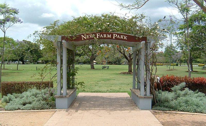 800px-New_Farm_Park-gate