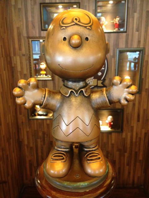 charlie brown cafe hong kong - charlie brown statue pic