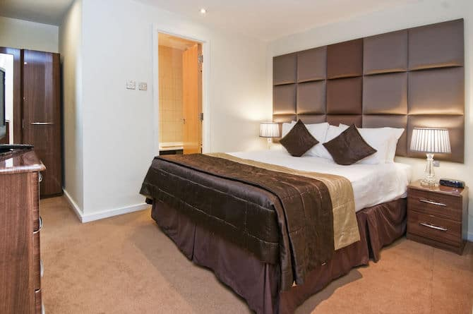 best area to stay in london with family grand-plaza-hotel-270925-bed11