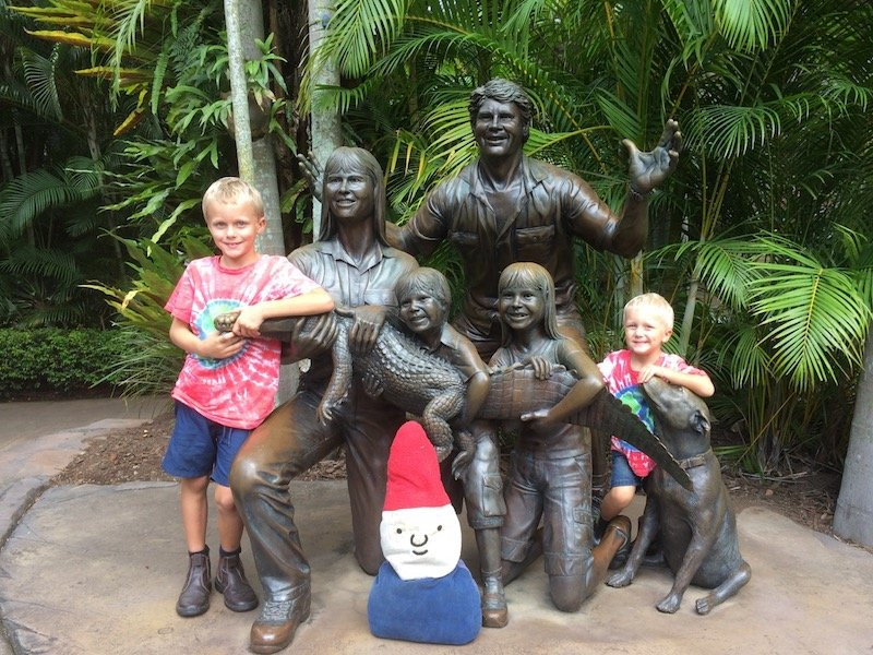 australia zoo bronze sculpture of family pic
