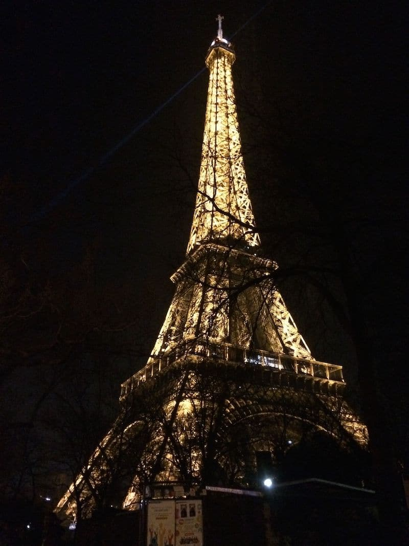 eiffel tower lights at night pic