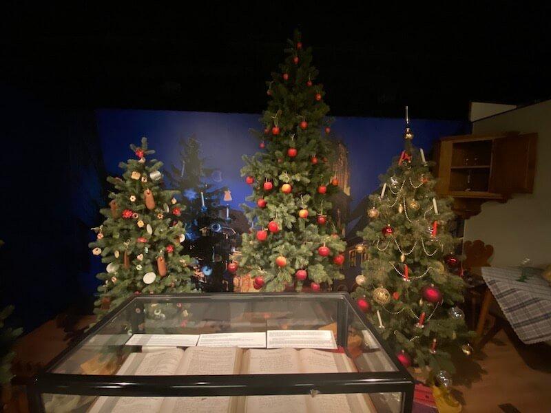 Image - Christmas house santa and exhibition christmas trees