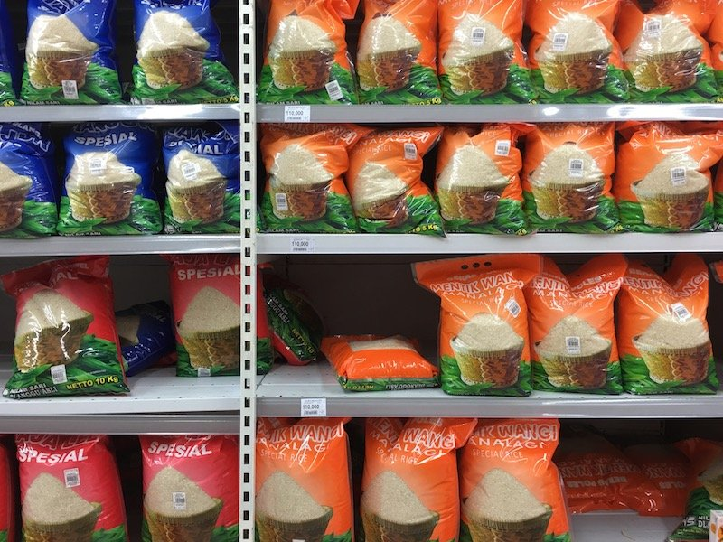 Carrefour Bali Supermarket bags of rice pic