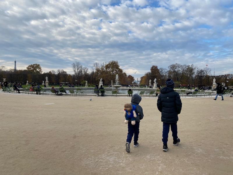 aire de jeux paris playground jardin des tuileries garden pond pic