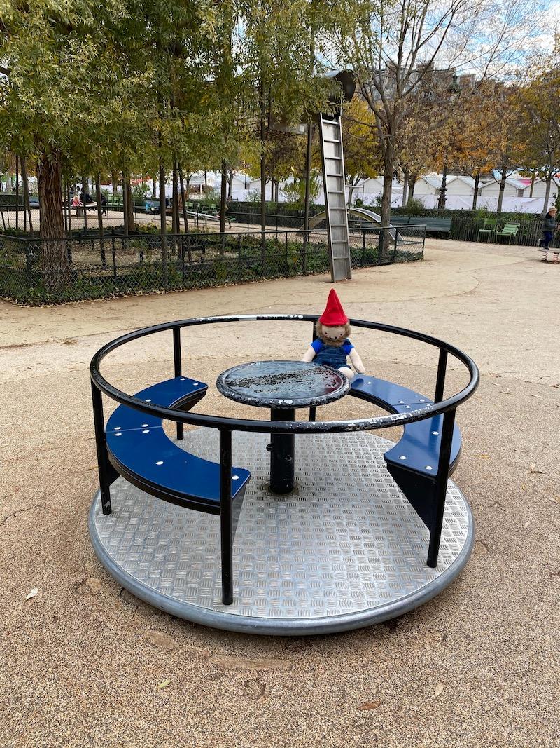 aire de jeux paris playground roundabout pic