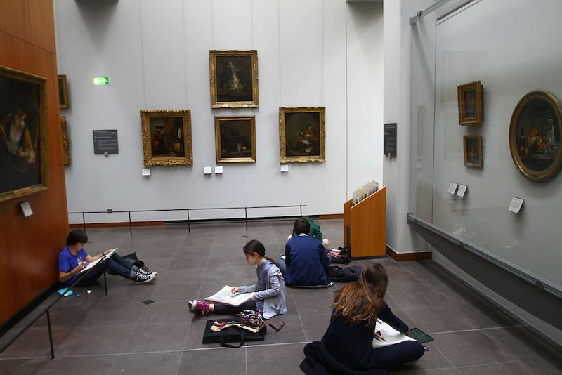 louvre museum with Kids_drawing_their_favorite_Louvre_paintings