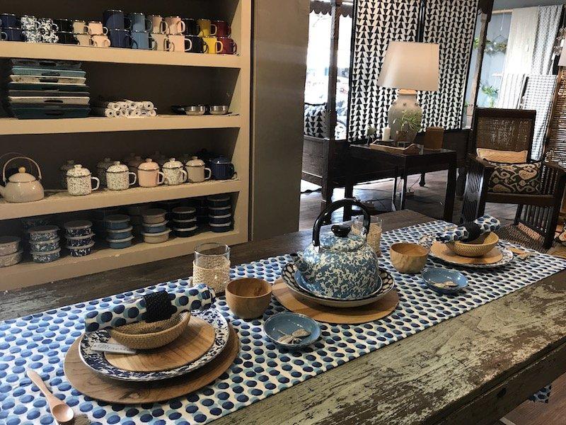 mercredi bali shopping -plates on table pic
