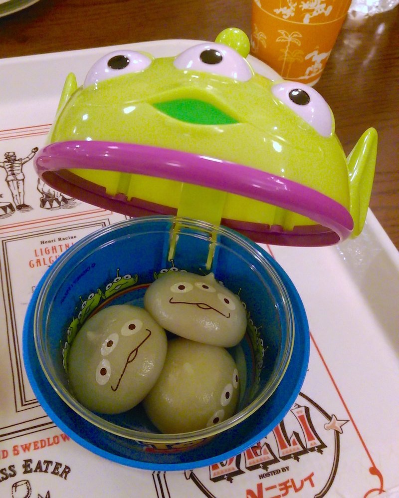 little green men with souvenir box by sstrieu