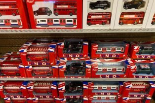 hamleys london bus and vehicles souvenirs pic 800