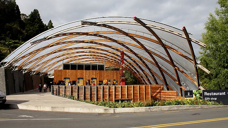 800px-Waitomo_Glowworm_Caves_Visitor_Centre_2012