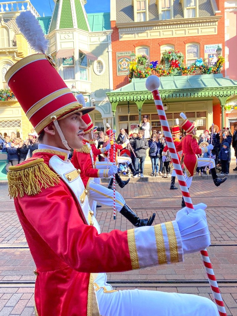 image - disneyland paris christmas parade soldiers 2