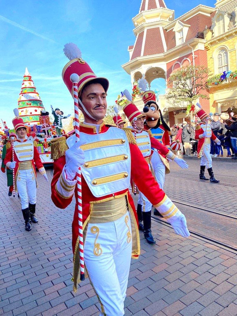 image - disneyland paris christmas parade soldiers PIN