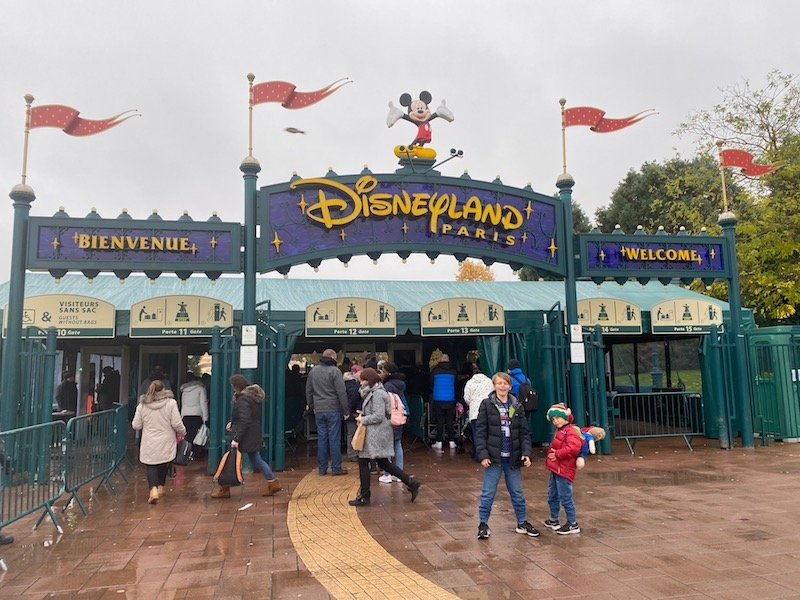 image - disneyland paris entrance with boys