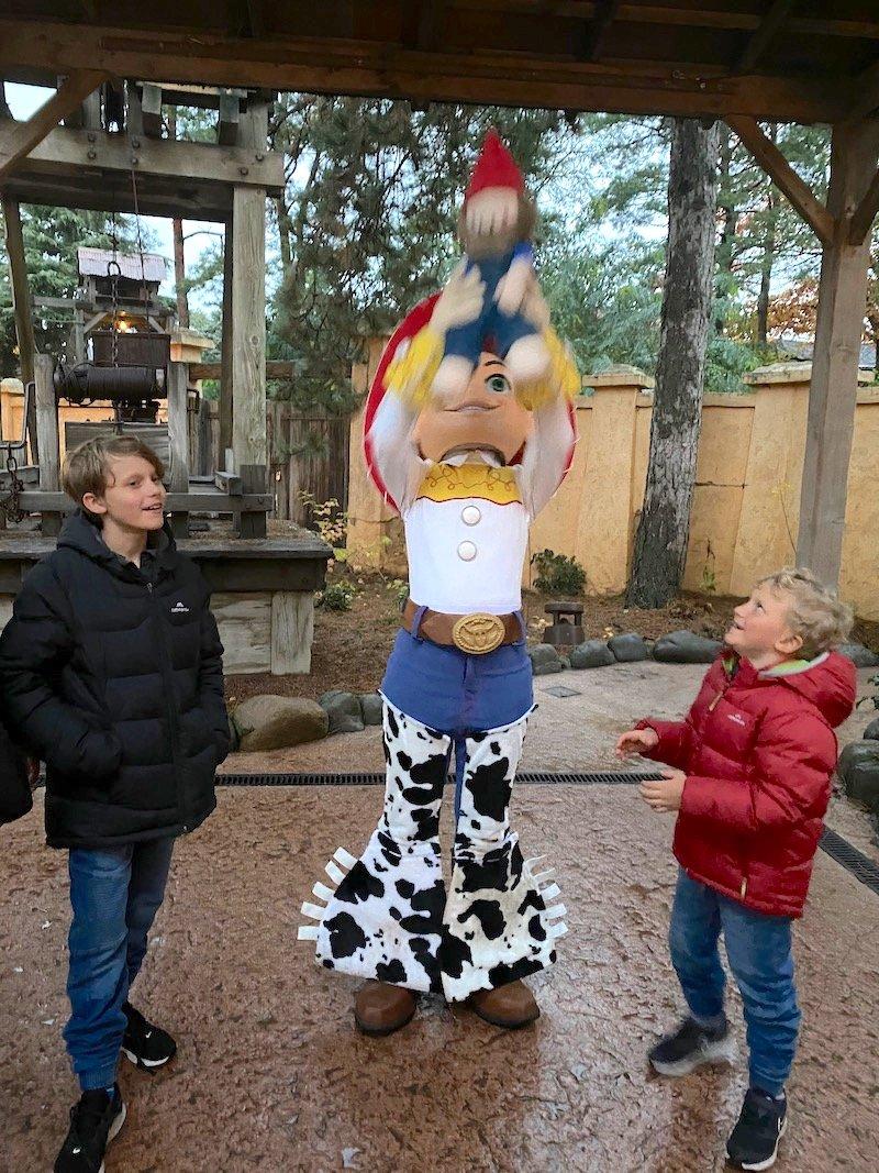 image - disneyland paris jessie meeting roam the gnome