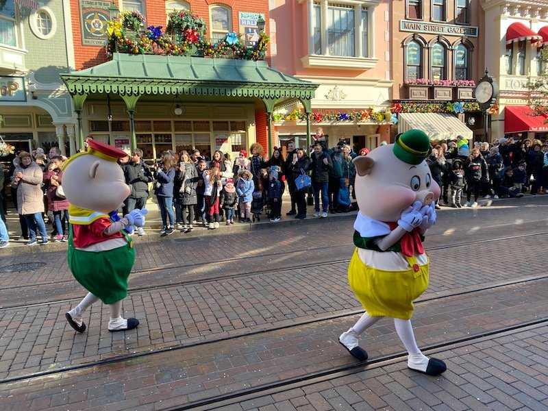 image - disneyland paris parade pigs 800
